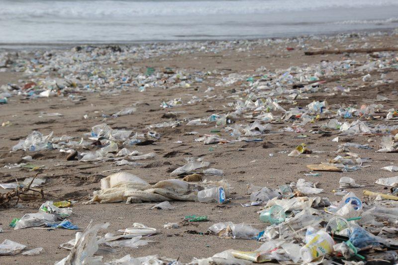 playas llenas de plástico y basura